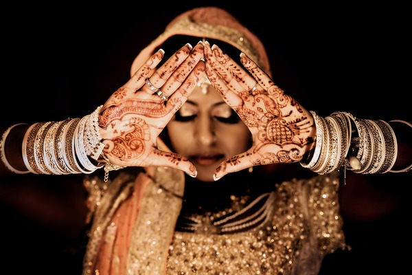 Mehndi design on bride's hands - Picture by Estefania Romero Photography