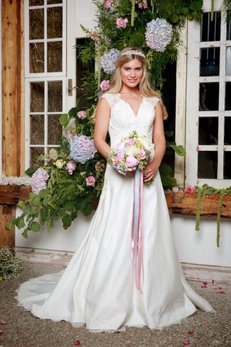 Jil Wedding Dress - Amanda Wyatt She Walks with Beauty 2017 Bridal Collection