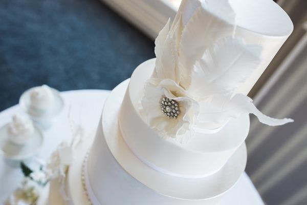 Elegant wedding cake with brooch detail