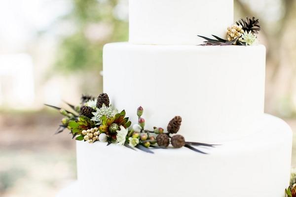 Winter foliage wedding cake decoration