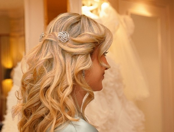 Bride with Loose Waves Hairstyle
