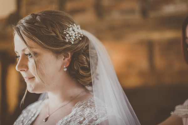 Bride's hair accessory and veil