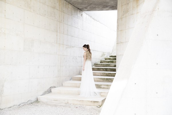 Bride standing on steps of Cementiri Nou