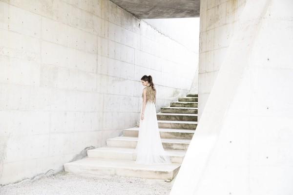 Bride standing on steps of Cementiri Nou