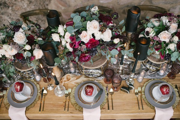 Wedding table with red, black and gold styling