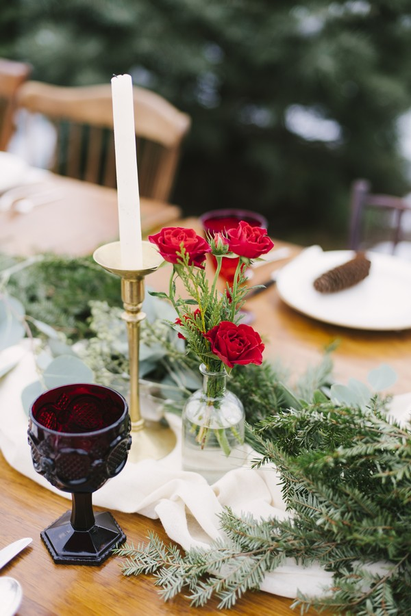 Candles and roses on wedding table