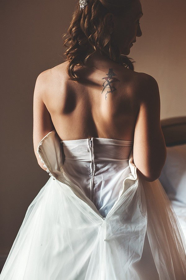 Open back of bride's wedding dress