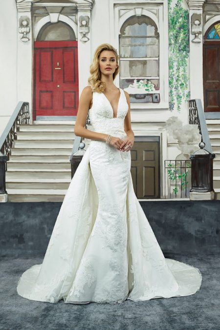 8947 Wedding Dress with Detatchable Train from the Justin Alexander Spring/Summer 2018 Bridal Collection