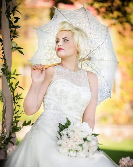 Retro bride with parasol - Picture by Peter Rollings Photography