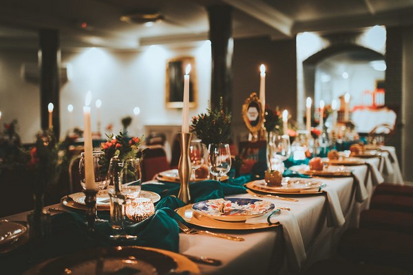 Wedding table with candles and teal table runner