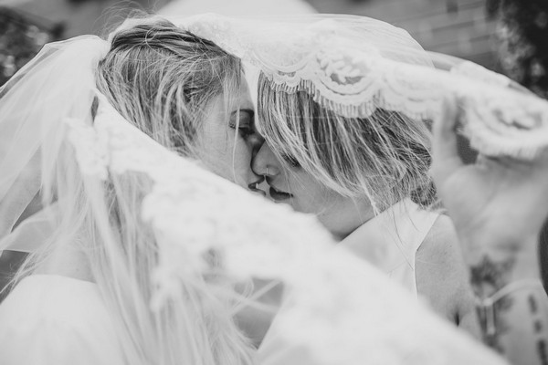 Two brides kissing under a veil - Picture by Fordtography Weddings
