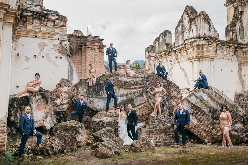 Bridal party posing on ruins - Picture by Daniel López Pérez