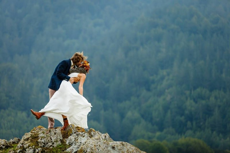 Bride and groom kissing on top of a mountain - Picture by Bergreen Photography