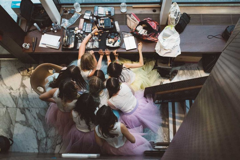 Bridesmaids all crowded around make-up products - Picture by Barbara K. Photography