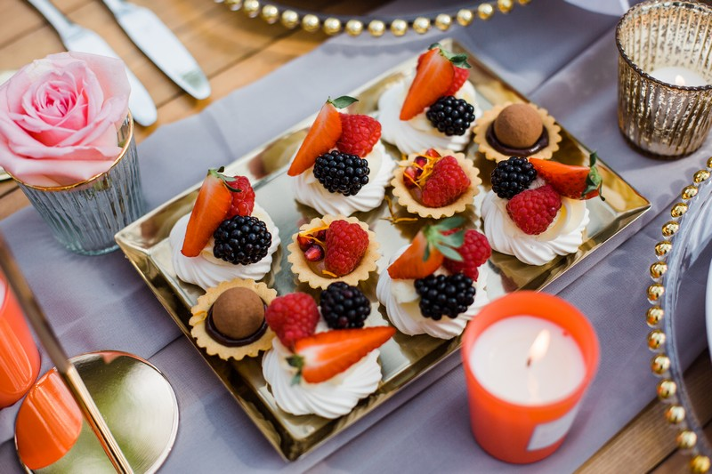 Meringues topped with fresh fruit