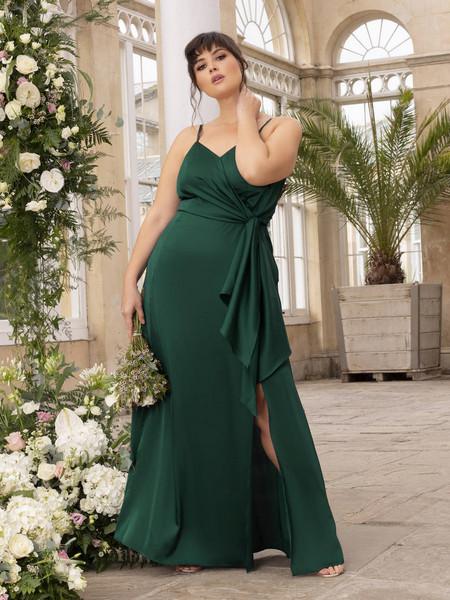 Bridesmaid weraing green dress