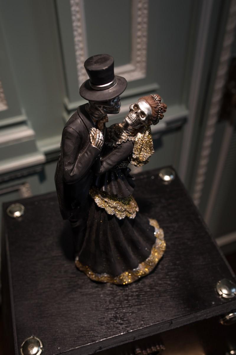 Skeleton bride and groom decoration