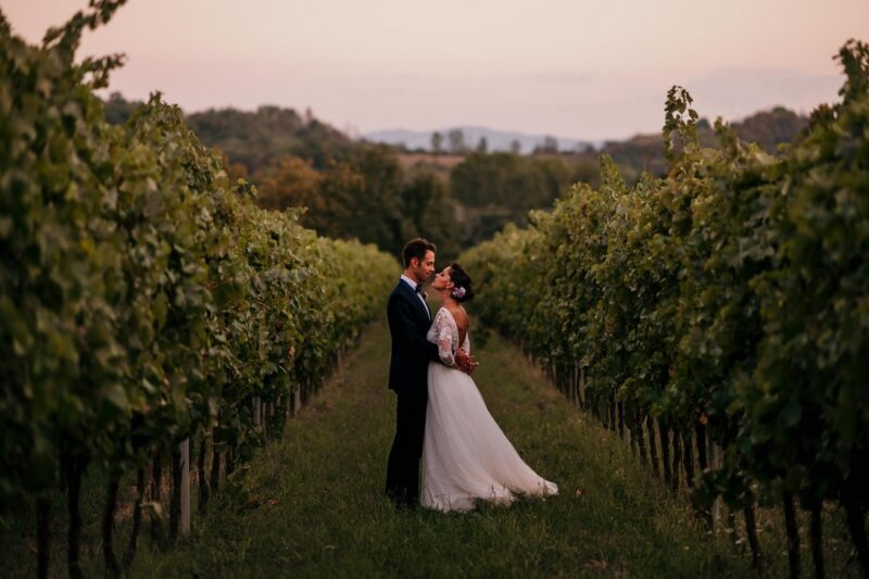 Bride and groom in middle of vineyard - Picture by IstantiSenzaTempo