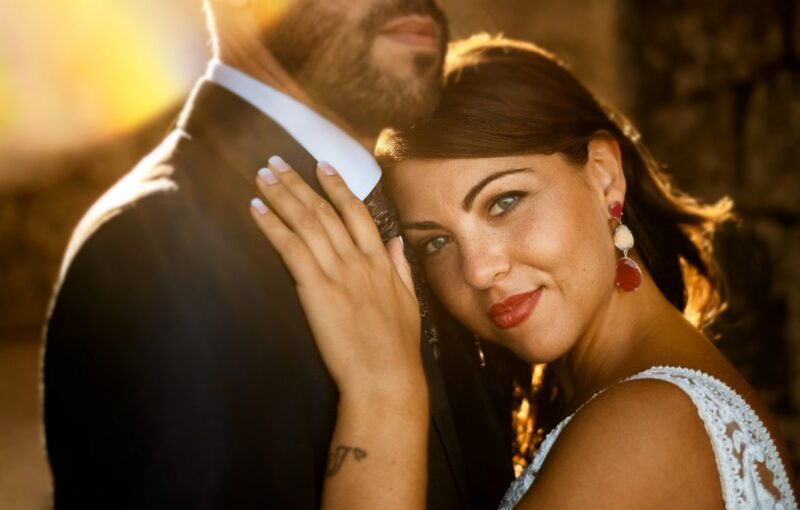 Bride resting head against groom's chest - Picture by Arteextremeño